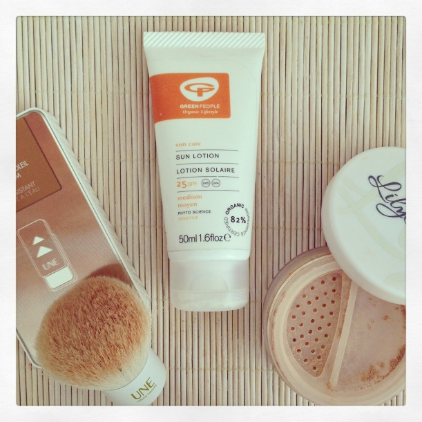 Loción solar SPF25 de Green People, protector solar mineral orgánico, bb-cream bronzer UNE Natural beauty, maquillaje mineral lily Lolo